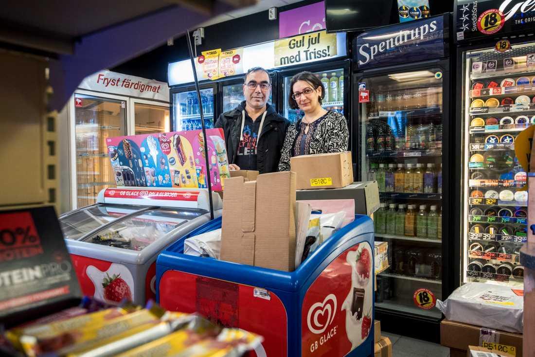Jalil Zanjani har tillsammans med frun Shabnam Zanjani haft Time Svedmyra i 10 år. För att få plats med alla paket har en GB-frysbox fått börja agera paketbox istället.