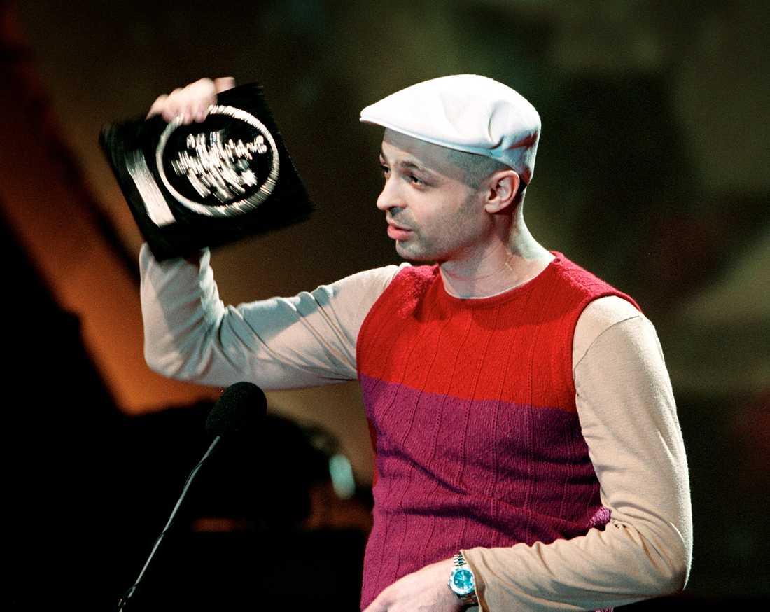 """Början av 2000 1999 belönades Christian Falk med Grammis för Årets album, Årets producent och Årets modern dans för """"Quel bordel"""". Han fick också Grammis för Årets klubb/dans 2006 med """"People Say""""."""