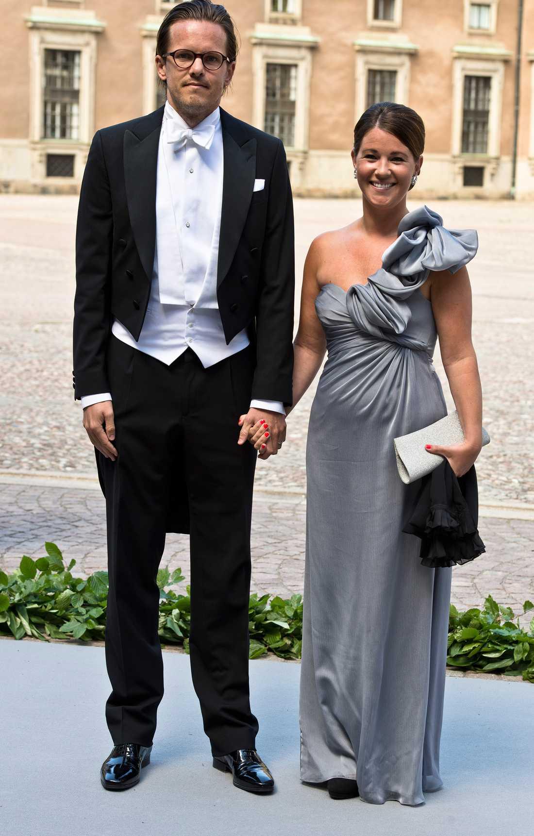 Emma Pernald med sin make Tomas Jonson på bröllopet mellan prinsessan Madeleine och Chris O'Neill.