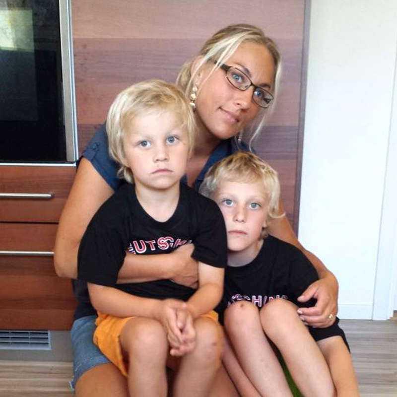 LUKTADE FRÄNT Anna Pettersson Ohlsson, här med barnen Colin och William, upptäckte att det först luktade konstigt och sedan började diskmaskinen brinna.