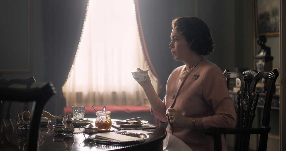 """Olivia Colman som drottning ElizabethII i """"The Crown"""". Pressbild."""