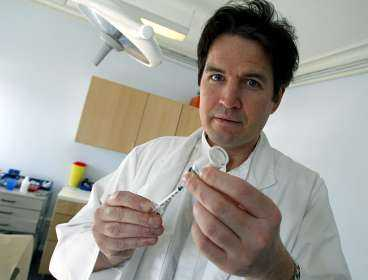 Överläkaren Jan Lapins, hudspecialist, har behandlat rynkor med Botox på privatklinik i tre år. Han anser att det är en säker och enkel metod.