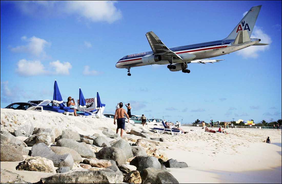 Princess Juliana International Airport, Philipsburg på St Maarten En av världens mest fotograferade inflygningar eftersom planen måste passera bara ett futtigt antal meter över badare och soldyrkare. Inget för personer med lite klena nerver.