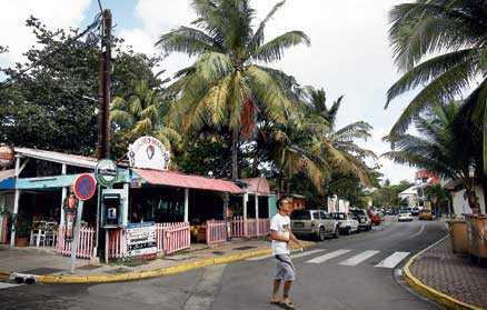 Husen i Marigot är karaktäristiskt karibiskt pastellfärgade.