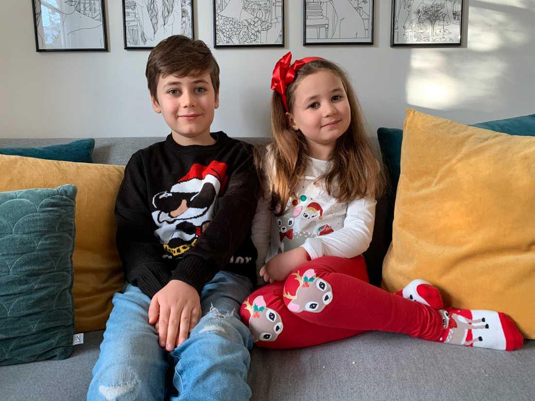 I andra soffan sitter Oscar och Ava från Aftonbladets barnpanel 2020.