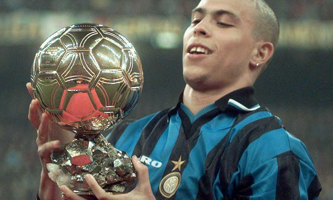"""Ronaldo med """"Guldbollen"""" i januari 1998 efter att ha blivit utsedd till världens bäste spelare 1997."""