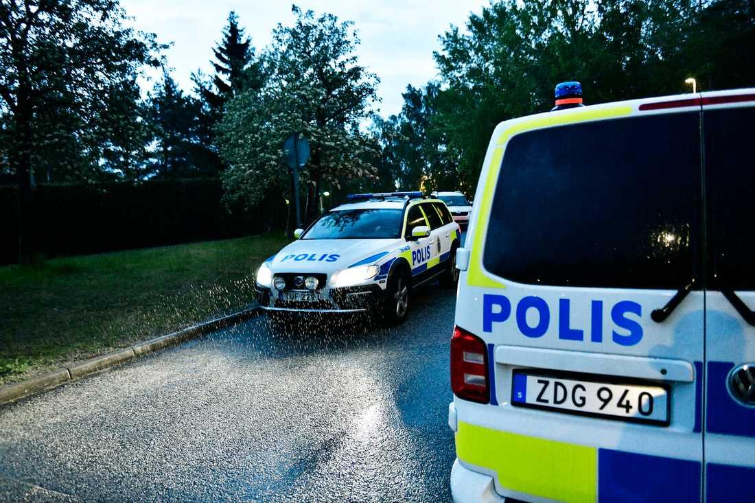 Flera polispatruller jobbar med ärendet.