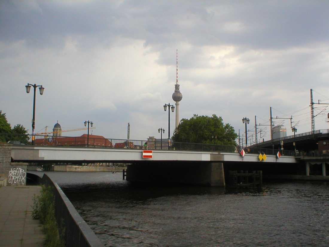 Mannen kissade från Jannowitzbrücke, i östra Berlin.