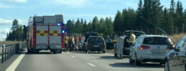 En person dog och en skadades allvarligt när de blev påkörda på E4. Vägen där dödsolyckan inträffade har vajerräcken.