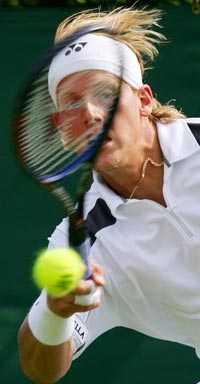 VIDARE Joachim Johansson lekte sig förbi första hindret i Wimbledon.