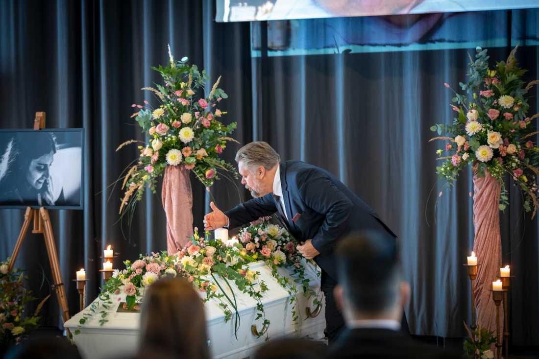 Begravningsentreprenören Jimmy Serler höll i den borgerliga ceremonin för Karolin Hakim. Han talade om ordet på allas läppar – varför.
