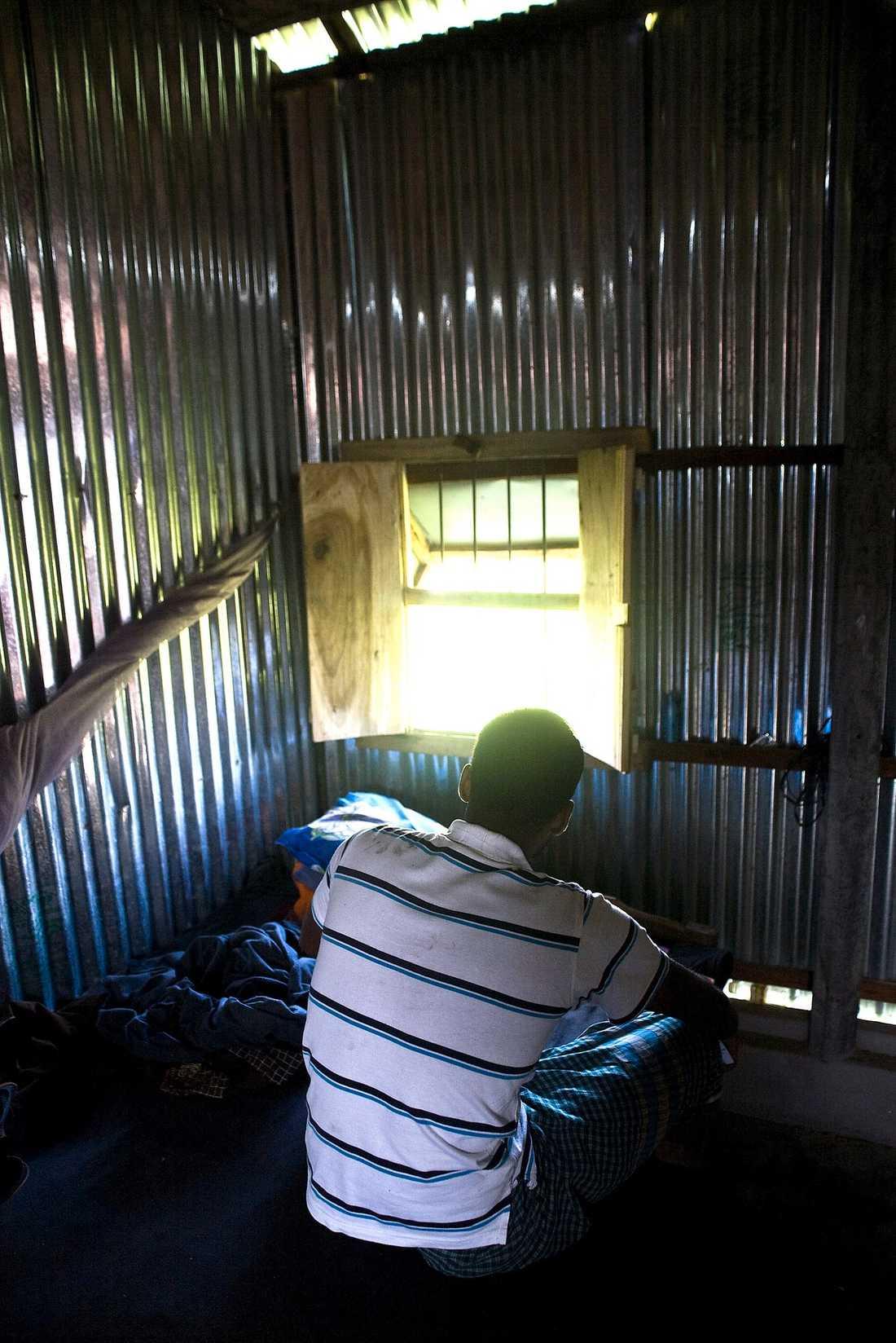 För att få det att gå runt har Mominul och hans fru tvingats välja bort att bo med deras femårige son.