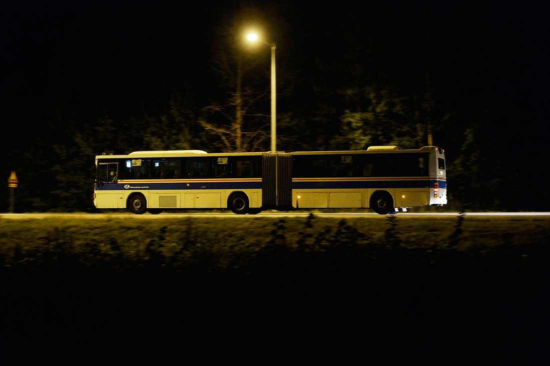 De boende evakueras med buss.