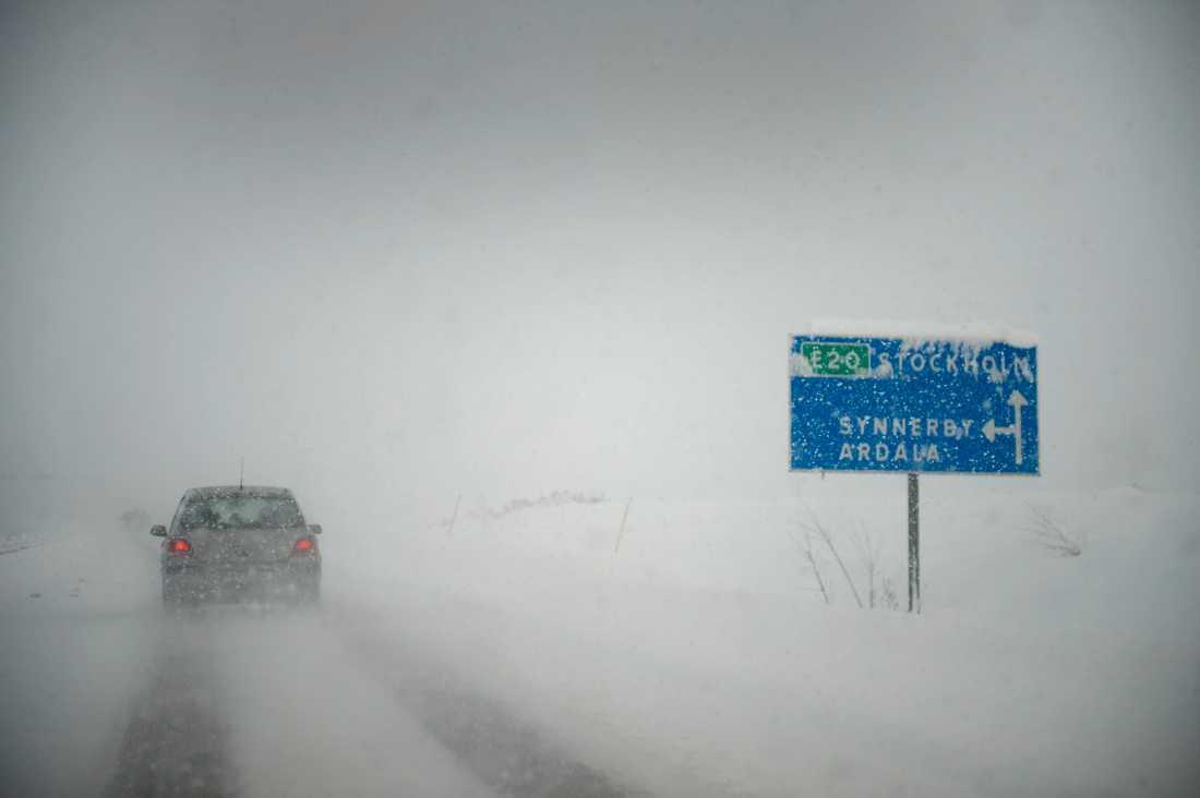 Snön vräker ner över E20 och Skara.