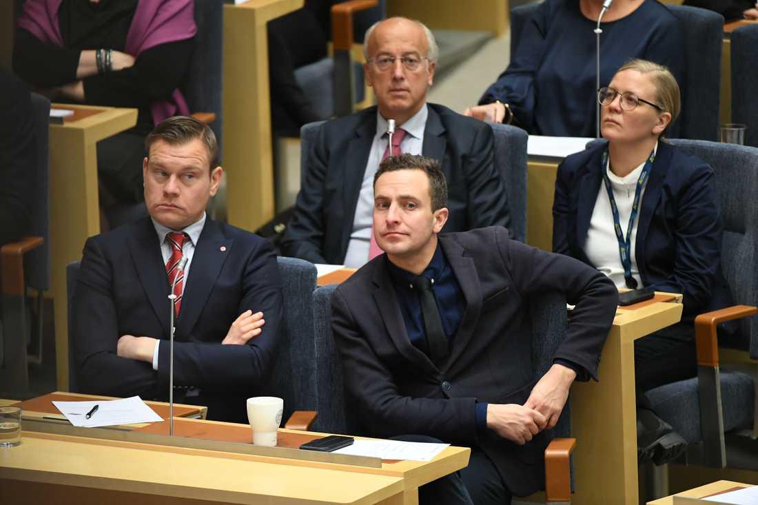 Tomas Tobé (m) på plats i riksdagen för att rösta om Stefan Löfven som statsminister.