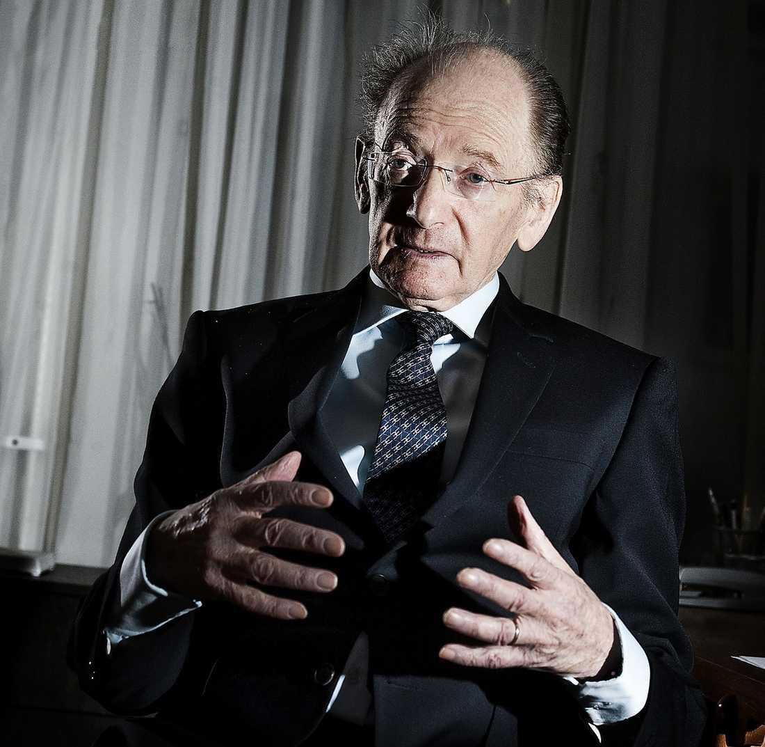 """""""OMÖJLIGT ATT INGEN DÖTT"""" Frigyes Reisch, docent i kärnkraftssäkerhet, har arbetat för Statens kärnkraftinspektion, SKI, och Internationella atomenergiorganet IAEA. Reisch anser att myndigheterna i Japan mörkar faran i det havererade kärnkraftverket Fukushima. """"Det här är jämförbart med Tjernobyl. Det är omöjligt att inte någon dött av strålningen."""""""