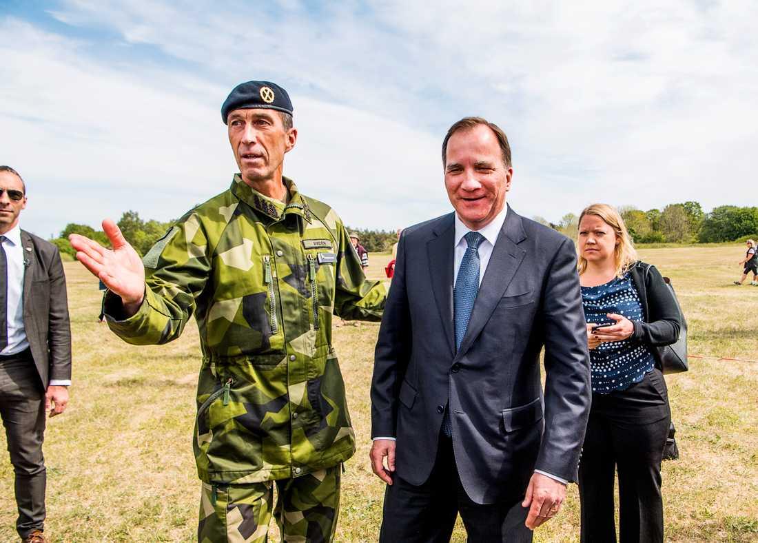 ÖB Micael Bydén och statsminister Stefan Löfvenvid invigningsceremoni Gotlands regemente P 18 i Visby.