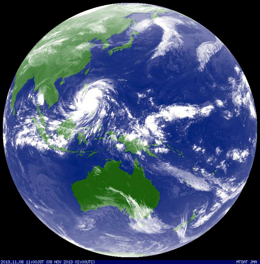 Satellitbilden visar hur tyfonen Haiyan sveper fram.