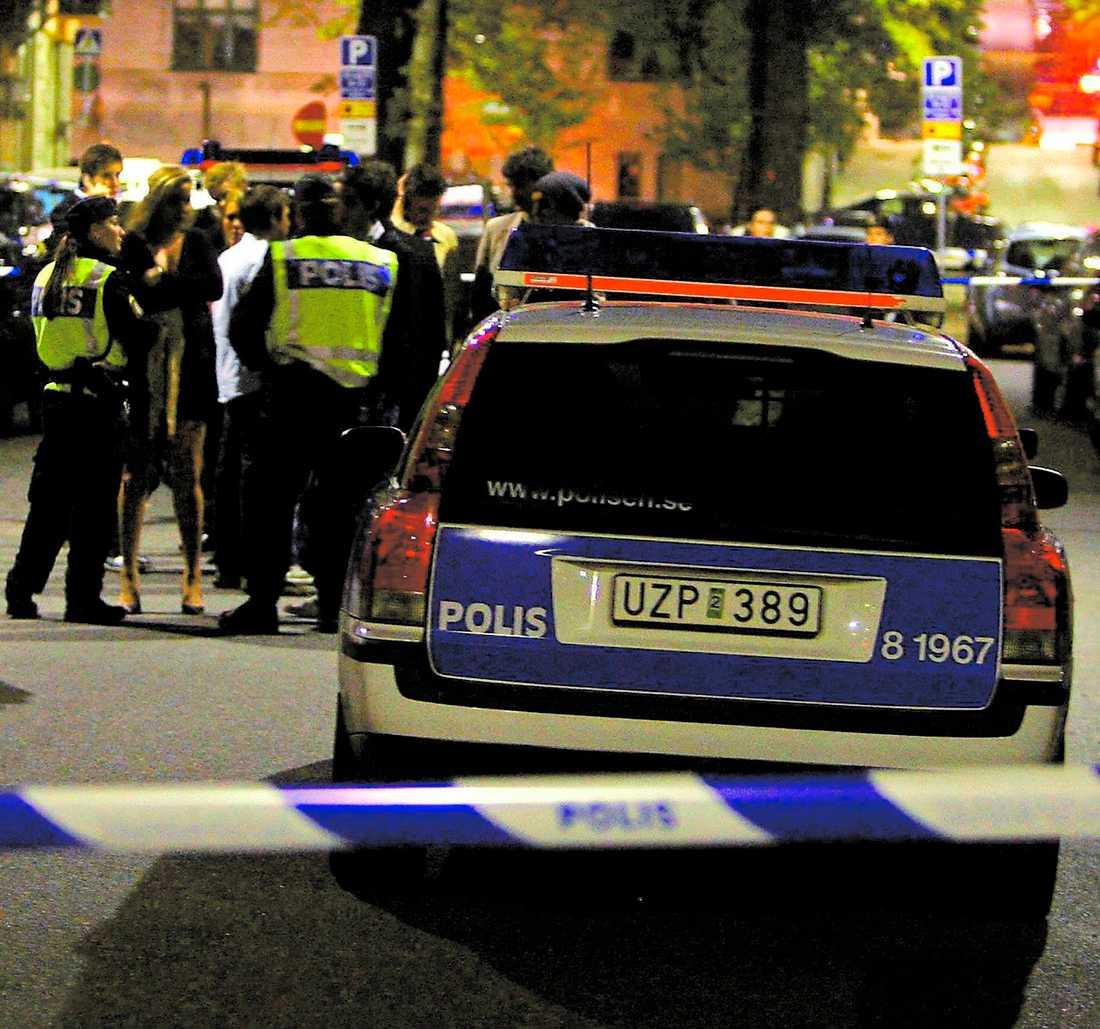 """""""SLOG NER KILLE MED BASEBOLLTRÄ"""" Enligt uppgifter har några av de pojkar som misstänks för den hänsynslösa dödsmisshandeln på Kungsholmen i Stockholm i helgen kopplingar till fotbollshuliganer som träffas för att slåss i grupp."""