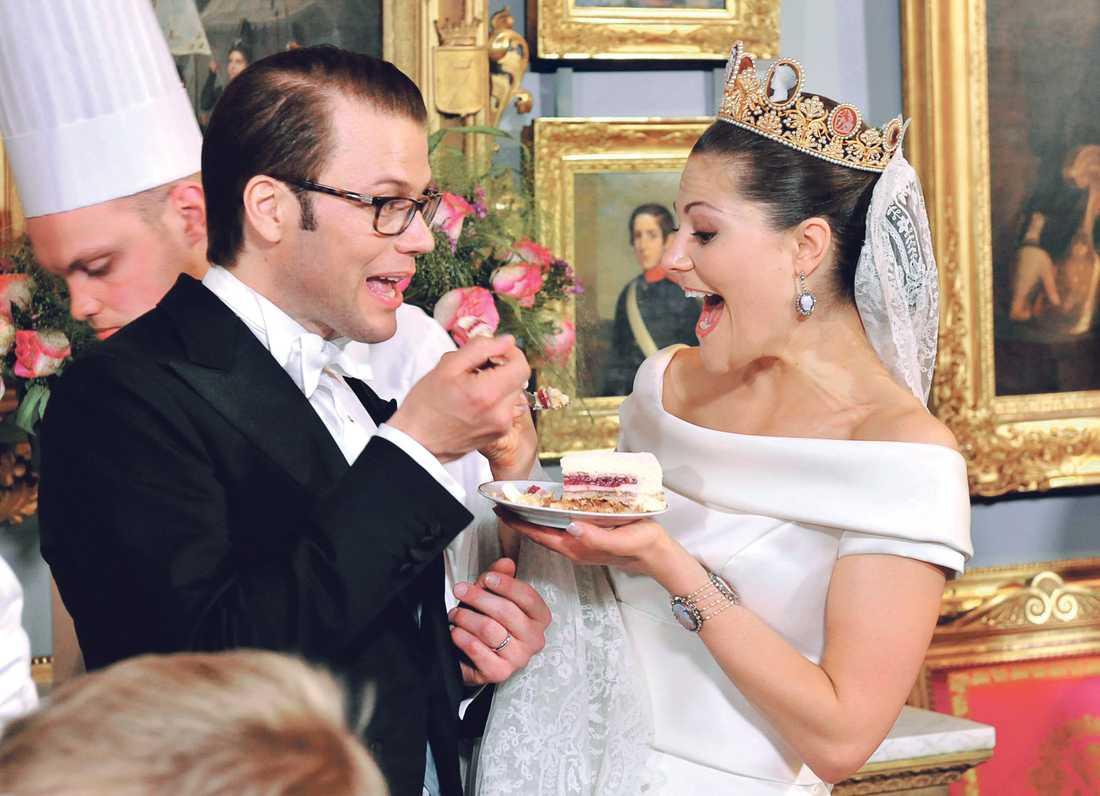 TÅRTKALAS Bröllopsmiddagen blev en riktig fullträff. Efter västkustshavskräftor, lansöröding, kalvytterfilé från Stenhammar och jordgubbsmousse, var det så dags för bröllopstårtan. Den nyblivna prinsen och hans fru kronprinsessan Victoria sprudlade av lycka och efter vissa problem med uppskärningen lät de sig väl smaka.