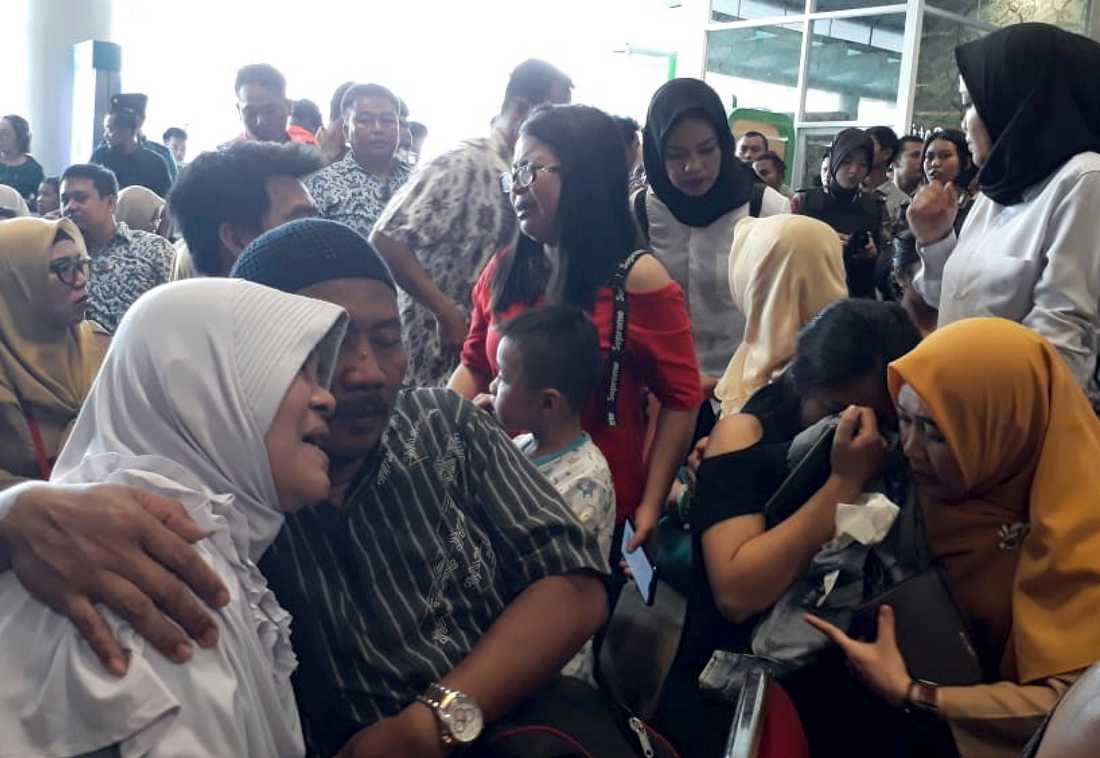 Anhöriga till personer ombord på flygplanet samlas på flygplatsen i Pangkal Pinang i väntan på nyheter.