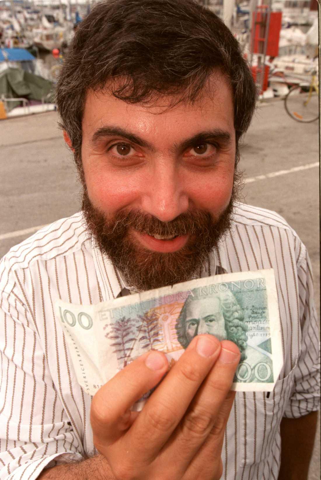 1995 Paul Krugman visade upp en svensk hundralapp för fotografen vid ett besök i Sverige för 13 år sedan.