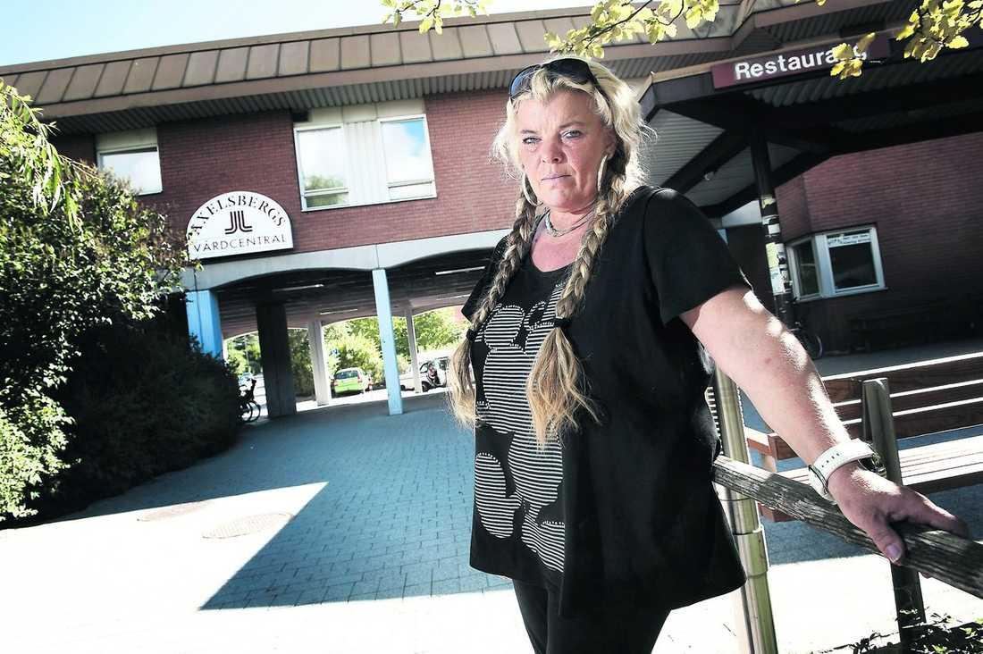"""""""De sa åt mig att ringa ambulans"""" Marie Lagerström såg 53-åringen falla ihop på asfalten utanför vårdcentralen. När hon sprang dit för att få hjälp sa de åt henne att ringa ambulans. Men hon hade ingen telefon. """"Då sa de att jag skulle gå över till Pressbyrån och ringa"""", säger hon."""