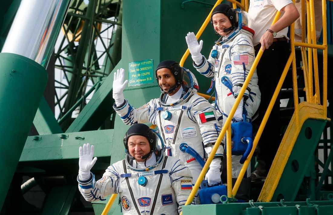 Den svenskamerikanska astronauten Jessica Meir, längst till höger, tillsammans med kollegorna Hazza Al Mansouri från Förenade Arabemiraten och Oleg Skripochka längst ner. Fotot togs strax för avfärden till internationella rymdstationen ISS i september.