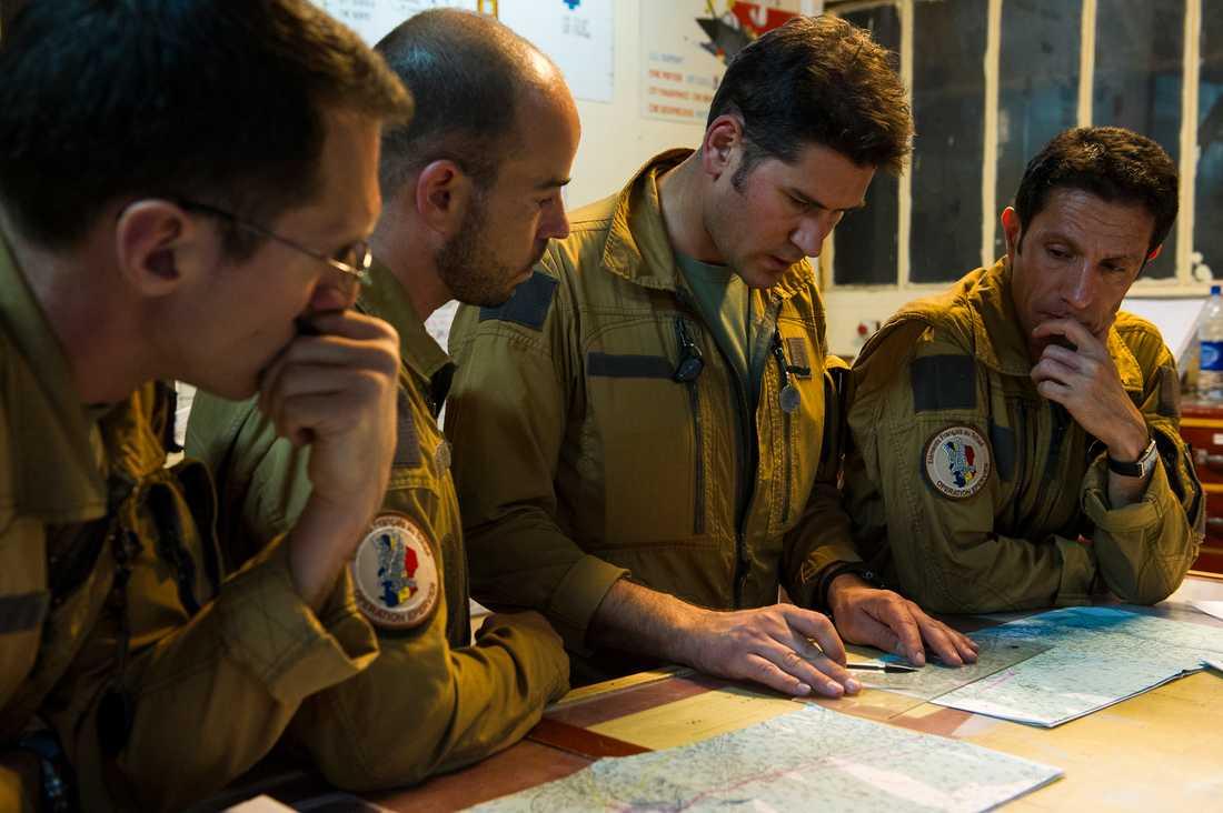Franska stridspiloterna planerar attackerna i N'Djamena.