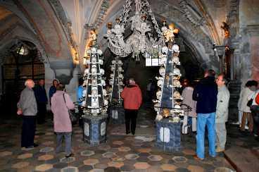 40000 människoskelett har förvandlats till konst och är numera en turistattraktion i den tjeckiska staden Kutna Hora.