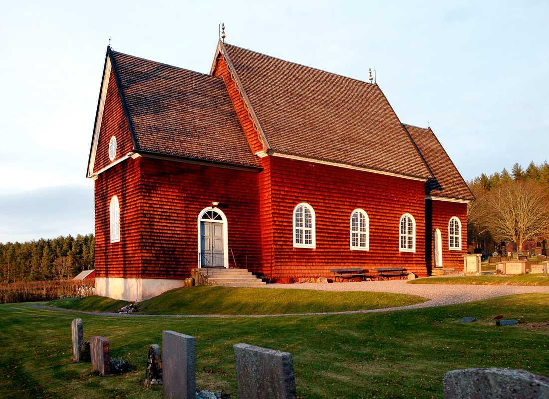 I Sverige finns få medeltida kyrkor av trä bevarade, men Tidersrums kyrka sydväst om Kisa är ett exempel. Kyrkan uppfördes ursprungligen cirka 1260, det vill säga mitt under medeltiden.
