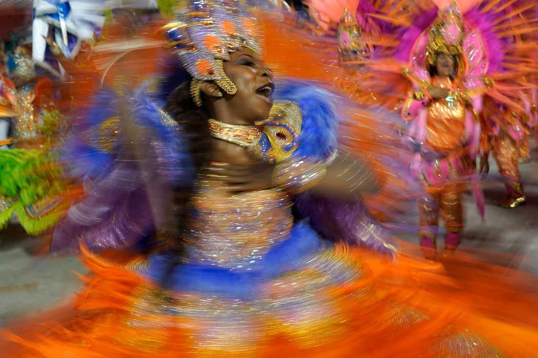 En deltagare från sambaskolan Beija Flor under årets karneval i Rio de Janeiro.