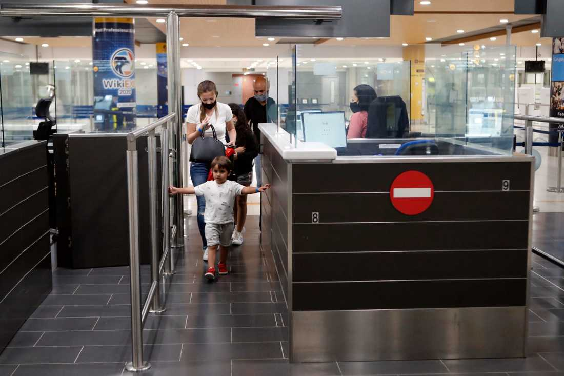 Passkontroll på flygplatsen i Larnaca, Cypern. Personerna på bilden har ingen koppling till texten. Arkivbild.