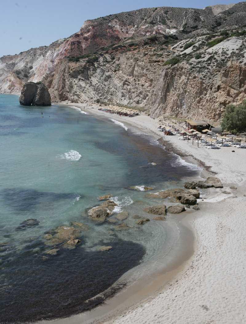 Vid Firiplaka finns några solstolar, en liten strandbar och ett skönt lugn.