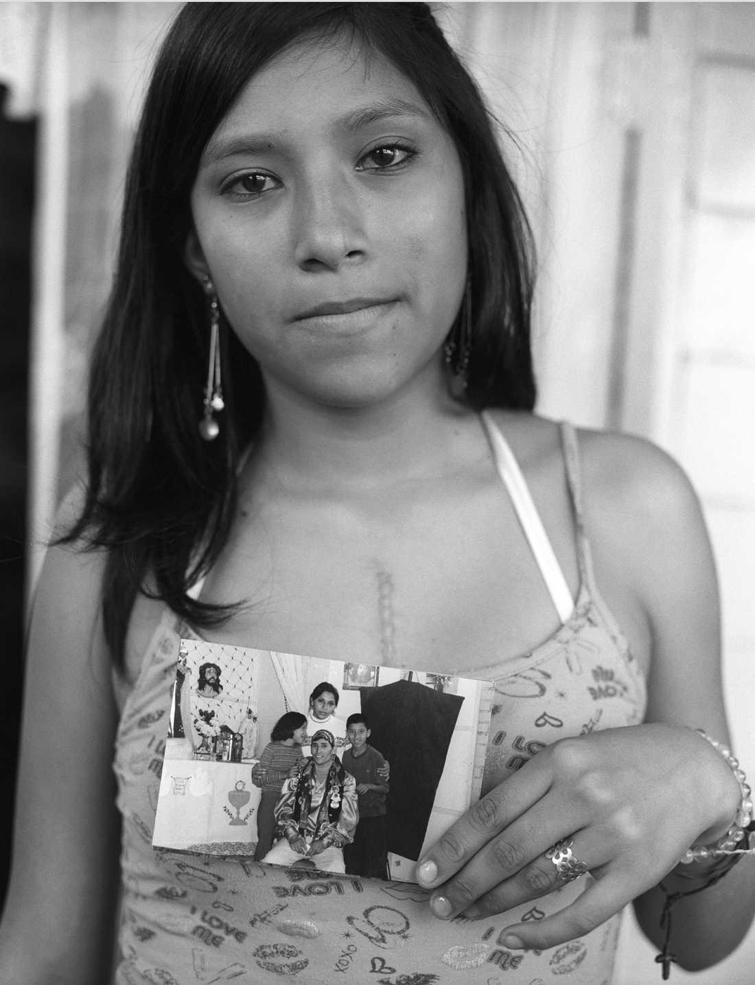Nataly Guarache med ett familjefoto som togs strax före hennes pappa dog.