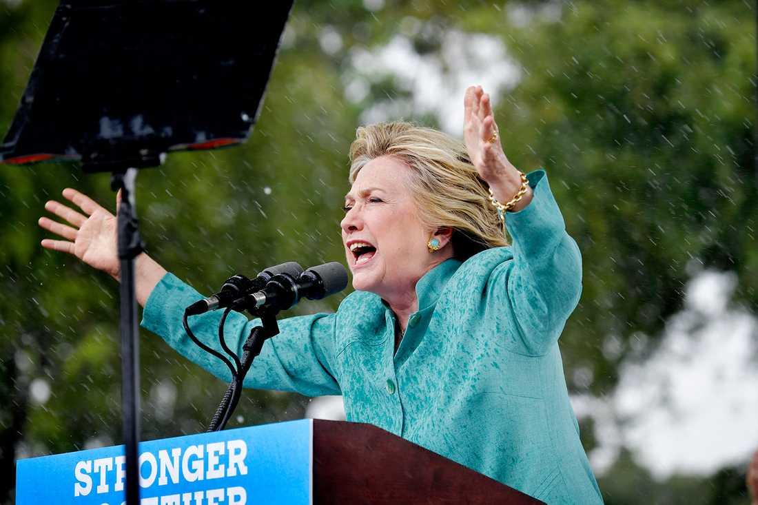 Regnet öste ner under Clintons tal.