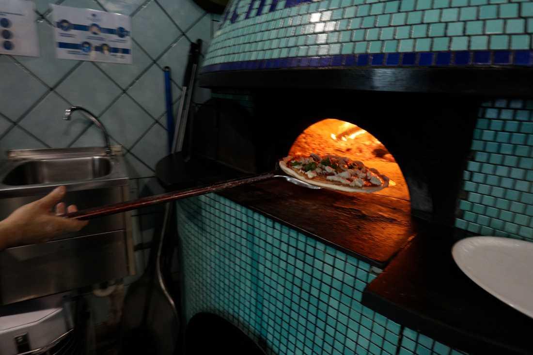 En pizzeriaanställd påstod att han endast hade varit kund på sin arbetsplats, vilket orsakade en total lockdown i den australiska delstaten South Australia.