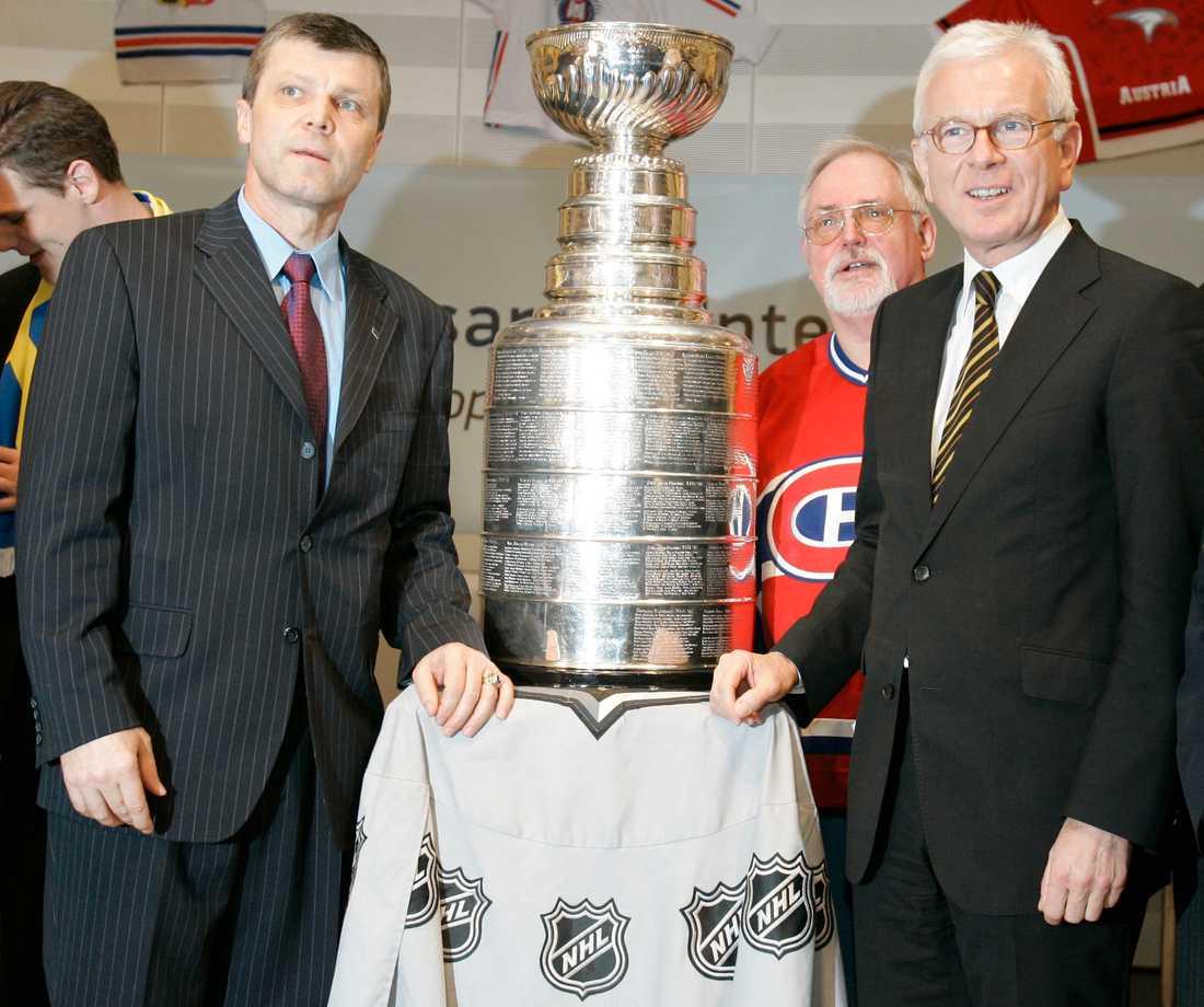 När förre ishockeystjärnan Peter Stastny (till vänster) satt i EU-parlamentet 2008 fick han posera med Stanley Cup-bucklan tillsammans med dåvarande talmannen Hans-Gert Pöttering. Arkivfoto.