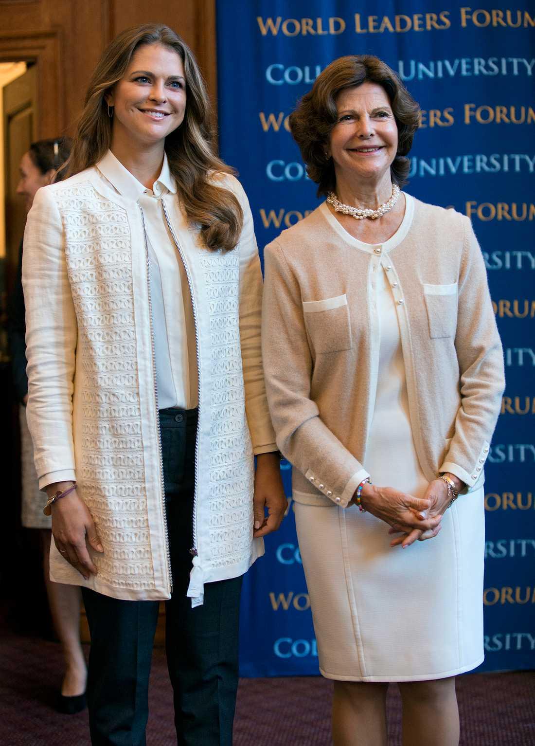 Madde matchar sin benvita silkesblus med en jacka i samma kulör på World Childhood Foundation-event i New York.