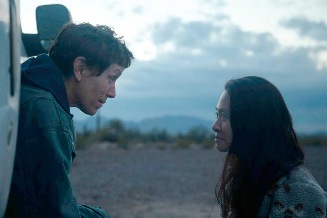 """Frances McDormand tillsammans med regissören Chloé Zhao under inspelningen av """"Nomadland""""."""