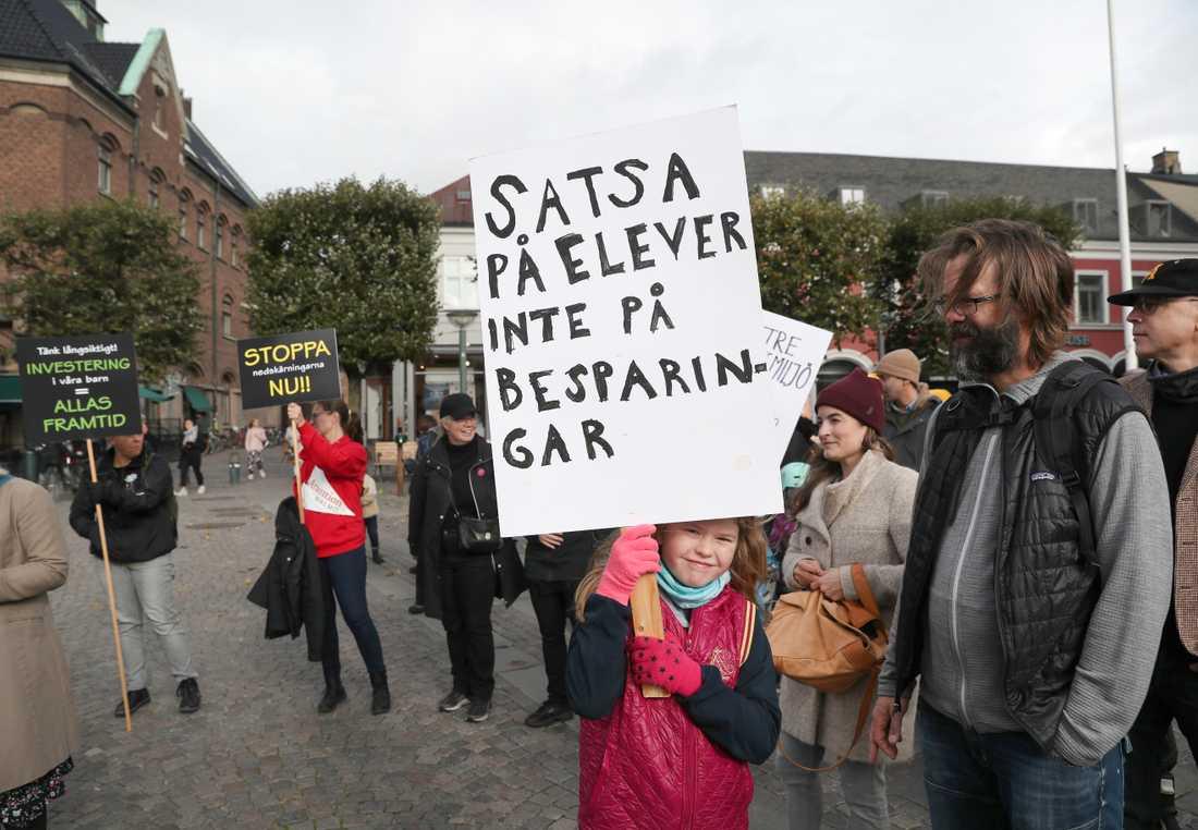 Axel Hilling och Emma Hilling protesterade på Stortorget i Lund mot nedskärningar i skolan.