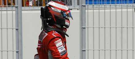 Tvingades bryta Det gick inte så bra för VM-trean Kimi Räikkönen, Finland. Först körde han över sin mekaniker, sen exploderade motorn.