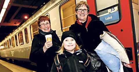 """NOBBAR FONDER Camilla Berglund, 55, barnbarnet Lovisa, 8, och Susanne Forsberg, 61, från Skellefteå tänker inte satsa pengar i fonder i år. """"Vi är sjukpensionärer och har tyvärr inte några pengar över att satsa""""."""
