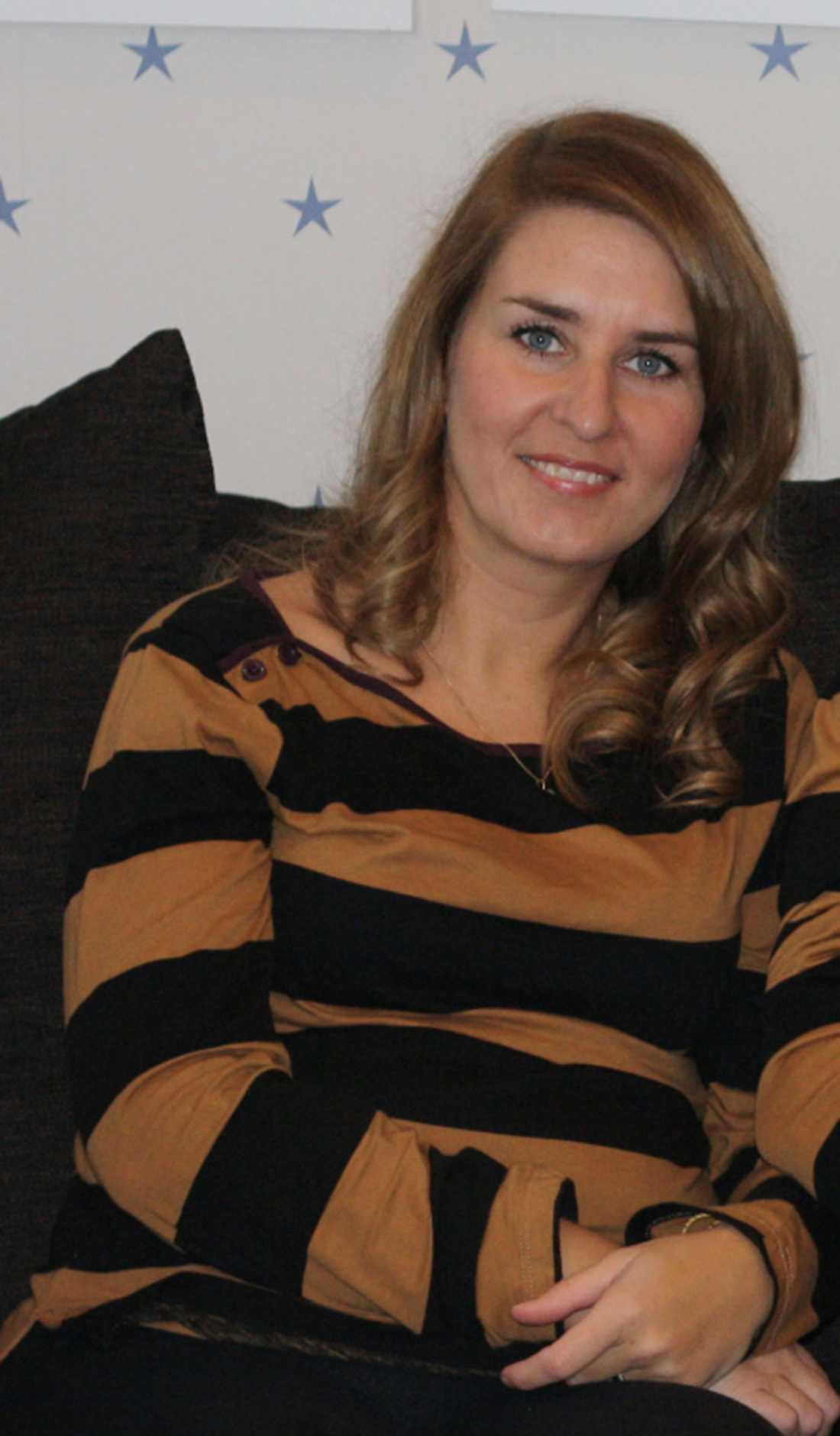 Catarina W Hansen kunde knappt se utan sina glasögon innan hon bestämde sig för att operera bort synfelet. Efter operationen ser hon nu helt bra.