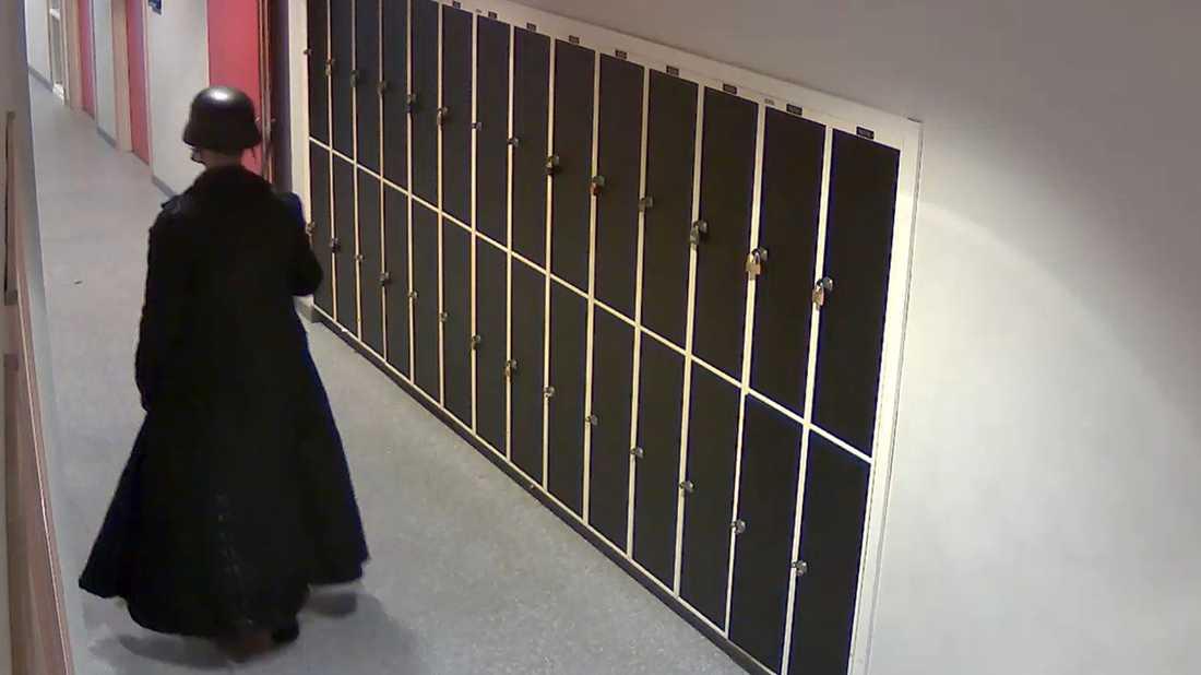 Övervakningsfilmen visar hur Anton Lundin Pettersson rör sig genom skolan Kronans korridorer.