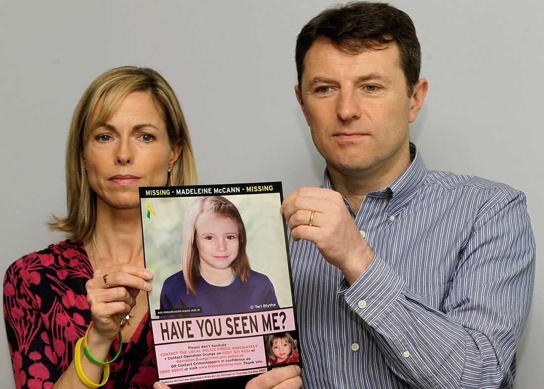 Kate och Gerry McCann håller upp en efterlysnings-affisch med en bild av hur dottern skulle kunna se ut i dag.