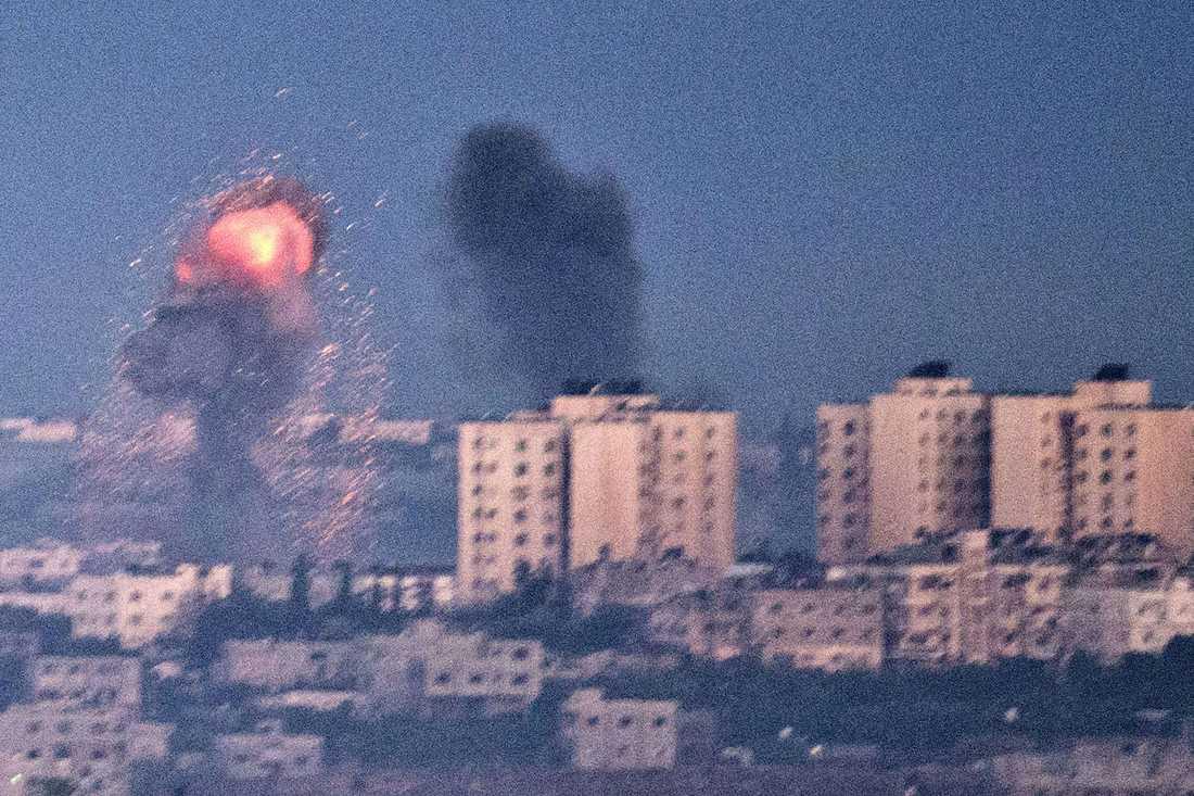 Explosioner i Gaza efter en israelisk flygräd i morse.