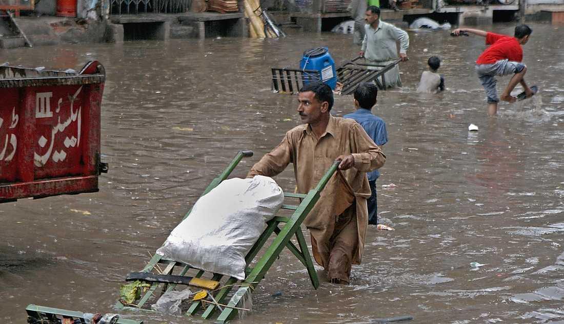 Pakistan, juli till september Osedvanligt kraftiga monsunregn gjorde att floden Indus svämmade över sina bräddar. Som mest stod en femtedel av landet under vatten. 20 miljoner människor berördes. Världen vaknade aldrig. FN vädjade om hjälp men fick bara in en bråkdel av pengarna som behövdes. 2 000 människor dödades.