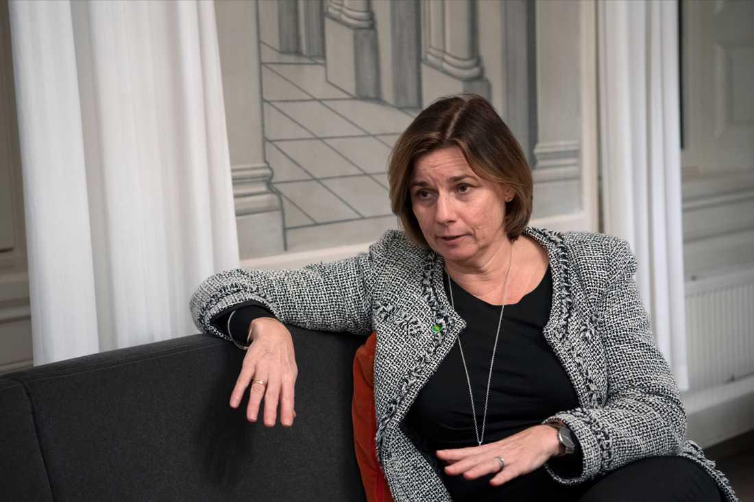 Klimatminister Isabella Lövin (MP) tycker det är problematiskt att även mindre frågor skjuts upp. Arkivbild.