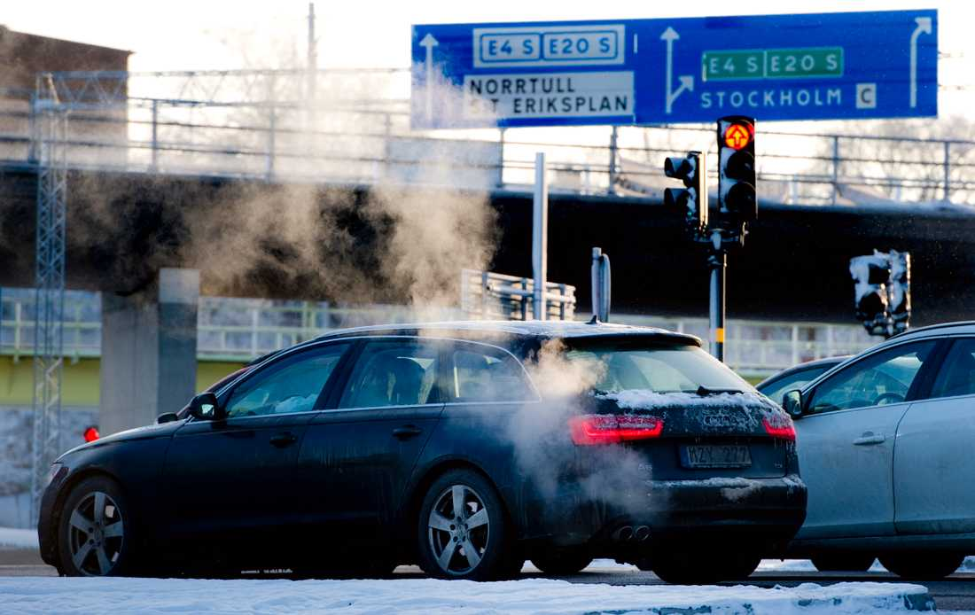 För att nå riksdagens klimatmål om koldioxidutsläpp skulle bensinpriset behöva fördubblas, enligt Per Kågeson. Arkivbild.